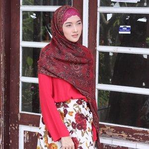 When the sun is so 🌞🌞🌞 // Minum jamu langganan di Pasar Ngasem, rahasia dibalik badan bugar dan ASI melimpah. Di sini tempatnya emang asyik, pasarnya tertata bersih jadi enak buat nongkrong. Pulang2 bisa bawa sayur bayam, strawberry, alpokat, pisang, sama beli brambang bawang 🍌🍓🍐..#groceryshopping #traditionalmarket #latepost #streetstyle #fashionstyle #fashiondiaries #fashionhijab #hijab #hijaboftheday #hotd #dailyhijab #pashmina #styling #momstyle #momfashion #clozetteID #instalike #instagood #instastyle #lookbook #lookoftheday #casualstyle #casualchic #feelgood #goodday #sunnyday #mood #red #floral #skirt