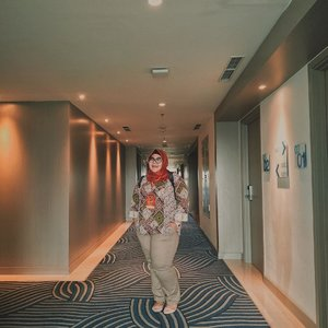 #sundaymood diantara gloomy-gloomy-nya awan, cerah sendiri karena pakai hijab merah 😅_#biargedetapipede #clozetteid