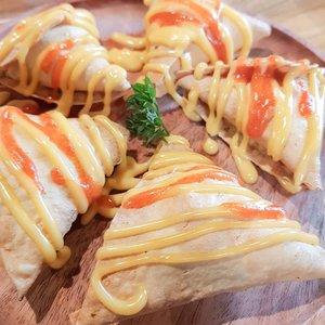 Kemarin aku dateng ke @equatorwood dan makanannya soo yummy! Tempatnya bagus dan harganya juga cukup terjangkau looh.. nanti aku buat post nya di blog aja yaa buat full review nya 😍😍..#equatorwood #equatorwoodcafe #widlimjajan #kulinerbandung #duniakulinerBDG #hayuurangjajan #Clozetteid #popbelaxpergikuliner