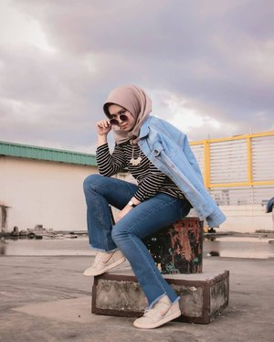 Being happy doesn't mean everything's perfect.It means you've decided to look beyond the imperfections. .Denim jacket : @berrybenkaChanel platinum silk scarf : @mahan.idAyana white necklace : @tanganmanisJeans : @pullandbear .Captured by : @ardiihermawan Thankyouuuu kaaak! @duahijabtrans7 #HOOTD #HOOTDDuaHijabTrans7 #DuaHijabTrans7 #HOOTDDuaHijab #duahijab #HOTDDuaHijabTrans7#ootd #clozetteid#mahaninstyle