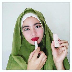 #EdisiLatePost ..So...hari ini aku sedikit ngeshare review produknya @maybelline X @gigihadid ? Jadi aku punya Lipstick Creamy Matte shade Khair..Untuk pigmentasinya aku suka banget soalnya gak nyangka bakal sebagus dan warnanya segonjreng ini. Texturnya juga sangat ringan dan gak seret sama sekali. Hasilnya creamy matte jadi tetap nyaman digunakan bagi pemilik bibir kering. Kekurangan lipstick ini masih gampang transfer kemana mana sehingga gampang bubar barisan jalan. So...butuh touch up lagi beberapa kali mau digunakan seharian & ini bikin isinya cepat abis karna boros pemakaian 😀😀 . Kalo kalian udah nyobain shade yang mana guys?.#maybelline#gigihadid#lipstick#creamymatte#khair#review#redlipstick#redlips#drugstoremakeup#clozetteid#bloggirlsid#코스메틱#메이크업#립스틱#립스타그램#립덕후#레드립#레드립스틱#화장품#고덕#뷰티스타그램#소통#맛팔