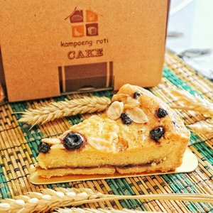Dessert for lunch? Why not.  This Almond Blueberry Pie from @kampoengroti will fill your tummy with the combination of sweet, sour filling and crunchy crust.  #breakfast #brunch #clozetteid #bread #pie #🍰 #daily #foodie #instafood #kampoengroti #almondblueberrypie #blueberrypie #blueberryalmondpie #breadlover