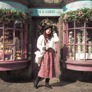 High school girl mode, on! V-neck sweater x plaid x beret 💕. So ready to go to Hogwart!#clozetteid #LYKEambassador #mellatravelogue