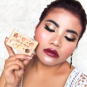 """. Korean beauty has a huge market this days. . Now, i had a chances to try this glittery eyeshadow from @chicaychico_official  Mine is Dazzling Sand. A summer vibe packed in a 6 glittery sandy shades. . You can sliding to my @hicharis_official @charis_celeb shop. Link in my bio guys.. hicharis.net/bellabellezhee . You can read the full review on blog too. Please kindly visit """"The Tales of Belleza"""" for more . #charis #charisceleb #hicharis #chikaychiko #oneshoteyepalette . #clozetteco #clozetteid #beauty #makeup #motd"""