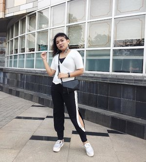 Today's outfit 🖤 . .  Earring: @stradivarius  Top : @bershkacollection  Jogger pants : @tokopedia  Bag : @zaloraid  Shoes : @mataharideptstore @fladeoshoes . . .  #ootd #ootdindo #outfitoftheday #clozetteid #ootdlidya #fashionstyle #fashionblogger #fashionenthusiast #ootdindo #blackandwhite #monochrome #casual
