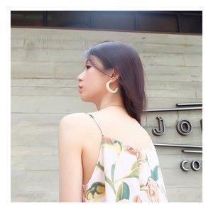I love this earrings 😘😘 If you like it, please check @lucedelsole__  Walau memang pas pertama kali liat ini bukan tipe aku. But, ga tau kenapa aku suka ama earrings ini. I love the pattern, the color and tentu the shape. It's so simple but, something.  Love it?  #ootd #earrings #ootdindo #lookbook #lookbookundi #style #beauty #clozetteid