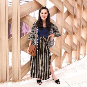 Fun fact: I stepped into the car wearing this outfit minus the sandals. Setelah agak jauh dari rumah baru sadar masih pakai sendal jepit 😅 maklum, anak uda ngerengek minta susu jadi cepet-cepet masuk mobil. Untung suka ninggalin sepasang sepatu di mobil. Black sandals saved the day!  #wiwt #clozetteid #ootd #printsmixing #lifeasmama #momblogger #lookbookindonesia #styleinspo
