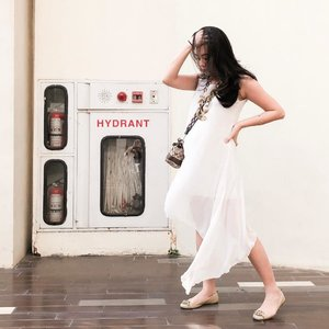 Zero knowledge how to work a hydrant. #survivalskills #captionpenting  Happy weekend!  #whywhiteworks #clozetteid #ootd #tgif #indonesianblogger #stylediary #loveasianstyle #stylestalker