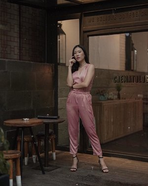 i rarely wear this kind of color, but @justcoid jumpsuit is an exception, love the cutting and it's cut from premium sateen in pink, too lovely! 💕 #JUSTonMe