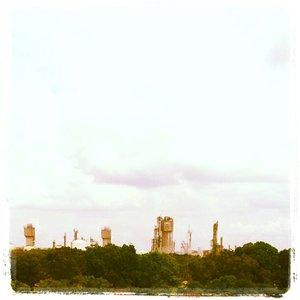 Pabrik pupuk tertua yang ada di Indonesia ternyata ada di Palembang. Tersebutlah ia PT Pupuk Sriwidjaja Palembang yang lebih dikenal dengan PT Pusri Palembang. Berlokasi di Jalan Mayor Zen, jika melintas melewati angkasa menuju Palembang, biasanya kita akan melihat pabrik ini dari atas..Daerah Pusri memiliki lingkungan yang asri dengan pepohonan hijaunya..#prilling #tower #instagram #ureaplant #pusri #pusripalembang #ammoniaplant #plantation #prillingtower #palembang #InyunMoto #PhotoNyun