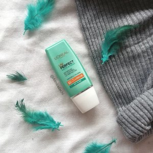 New Post!! Kali ini aku bahas sunscreen yang aku suka banget dan aku rekomendasiin buat teman-teman yang tipe wajahnya berminyak seperti aku. Sunscreen ini hasilnya matte dan ringan banget di wajah, formulanya juga oil-free. Selengkapnya kalian bisa baca langsung di blog aku. Link on BIO💜  #sunscreen #review #skincarereview #beautygram #beautyreview #beautybloggers #beautyblogger #beautyblog #indobeautygram #indobeautyblogger #indonesia #loreal #lorealparis #flatlayoftheday #flatlays #flatlayphotography #flatlay #beautiesquad #photography #photoshoot #photooftheday #clozette #clozetteid