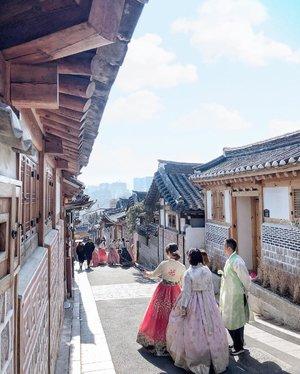 BUKCHON HANOK VILLAGE salah satu attraction yang paling sering dikunjungi di Seoul. Untuk yang rencana traveling ke Seoul, baca dulu yuk blogpost terbaru aku di bit.ly/seoul-6d5n atau klik link di bio ☺️✨ #TheJackieofAllTradesBlog #DeeDoesTravel • • • #solotravel #solotravelstory #gramslayers #shotzdelight #visualtraveller #justgoshoot #globe_visuals #dametraveler #ladiesgoneglobal #wearetravelgirls #thevisualscollective #createexplore #createcommune #bloggervibes #visualcrush #clozetteid #travelblogger #shotoniphonex #seoultravel #exploreseoul #travelsouthkorea #solotravelisfun #lifestyleblogger #seoulitinerary #southkoreaitinerary #koreaitinerary