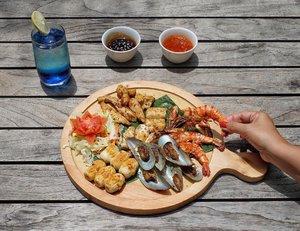 Siang nanti kamu mau makan apa? Kalau suka  seafood mampir gih ke @ibisstyles_jgm dan cobain seafood yang jadi signature dish di sini.  Udahlah lezat, porsinya jumbo pula. Seporsi bisa makan berdua. Hihihi..Isinya macem-macem, ada  Udang Pancet, ikan Gindara, Cumi-cumi, dan kerang yang dimasak dengan bumbu kuning nan sedap. Tinggal pilih mau dicocol pake Saus Bulgogi atau Saus Teriyaki. Puas deh, sampe lupa semua beban hidup saking enaknya. 😋😋.Go get it at Streats Restaurant only for:Korean Mixed Grill IDR 125.000,- ++Blue Ocean IDR 35.000,- ++.#ReviewbyEka #IbisStyles #ISJGM