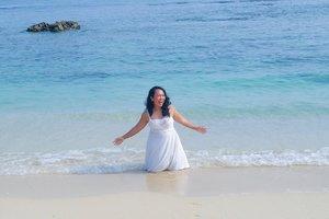 Playing under the sun. Nggak, gue nggak takut item. Kamu takut item, nggak?.📷 : @fionatjo#beach