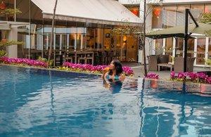 What do you do to start the day? I just had a fresh and exciting morning swimming at @ibisstyles_jgm pool. So classy with eye calming view. 💦💧💦.Terus yang bikin hepi lagi ada pelampung dan juga floats lucu buat anak-anak. Jadi nggak perlu ribet lagi bawa peralatan renang buat ortu-ortu yang mau staycation di sini. Yeay!.#ReviewbyEka #ibisstylesgajahmada