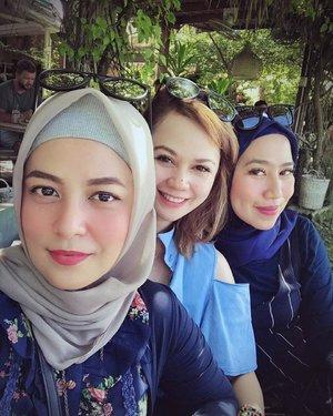 Baru sadar pake baju samaan warna biru padahal gak janjian. Ready for the next trip girls ? 😊😊😊🤗....#ClozetteID #personalblogger #personalblog #indonesianblogger #lifestyleblog #Hijab #likeforlikes