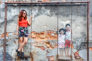 George Town was designated as a UNESCO World Heritage Site and branding itself through art. Here is one of the famous street art: Brother and Sister On Swing.  #penang #penangisland #visitpenang #instalife #ootd #potd #qotd #lookbookindonesia #clozetteid #clozettedaily #holiday #travel #travelblogger #streetart #explorepenang #travel #travelphotography #streetart