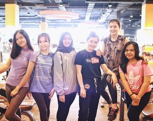 [#IBV2NDANNIVERSARY UPDATE] It's my very first time trying Zumba class. I like it so so much that I think I'm addicted to it! Thank you so much @celebrityfitnessindonesia for the fun that you created! 🙆🏻 #EverydayIGetBetter And ... meeting you guys, my YT friends, was awesome! Thank you for coming @riskarestii @dhiardia ♥️ . . . . . #clozetteid #ibv2nyxcosmeticsindonesia #indobeautyvlogger #indobeautygram