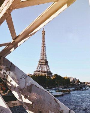 "I have so many reasons to love Paris; and if you curious, find the story on my blog under the title ""Paris Blues."" 💙 . ada yang punya impian juga buat ke #Eiffel Tower? ayo ayo atau barangkali penginnya ke Piramida Mesir, pengin banget ke sana juga. 😁 . #ThisisParis #WheninParis #VisitParis #TourEiffel  #EuroTrip #SayHelloFrom #TravelinStyle #ClozetteID"