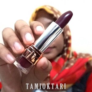 #SwatchesbyTami.Udah pada coba produknya @amaliahalalbeauty yang Satin Lipstick ini belum? Yang aku punya shade Saffron Purple 02. Tumbenan kan milih shade bold gini, biasanya pilih shade nude mulu😋✌.Review lengkapnya udah up di blog ya, cek aja 👉 ((bit.ly/AmaliaLipstick)) 👈 atau bisa langsung klik link yang ada di bio. Jan lupa mampir gaes~♡.#Beautiesquad #BeautygoersID #kbbvfeatured #beautybloggerindonesia #pkubeautyblogger #bloggerceria #beautysecretsquad #indonesiabeautyblogger #HijabersBeautyBVlogger #bloggirlsid #setterspace #bloggerperempuan #bloggermafia #clozetteid