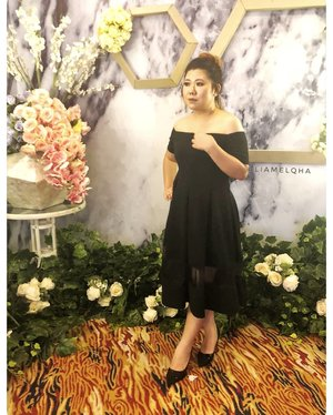 Pose ini nggak bikin kelihatan kurus, tapi aku syuka. Meskipun rada mirip pose patung di toko baju 😆😆. #LiamelqhaOOTD for my cousin #weddingdinner #guestdress . B 📷: @macy_see_toh #ClozetteID #makeupenthusiast #beautyenthusiast