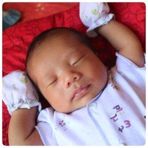 Tim pipi lebar 😘😘. Ini bayi dari umur seminggu lebih kalo tidur lebih pewe tangannya begini. Ada yg punya pengalaman yang sama?#marshallzakkteo #ClozetteID #momblogger #babyboy #newborn