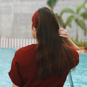 Punya rambut panjang pasti harus extra rawat biar gak rontok, kering apalagi ketombean. Jangan salah, susah loh buat jaga kulit kepala tetap bersih, apalagi yang punya kulit kepala sensitif kayak aku. Cocok shampoo A, beberapa bulan jenuh dan ketombean. Tapi tenang, sekarang aku punya produk andalan yang selalu siap siaga menjaga kebersihan kulit kepala aku! ✨ Yang pertama, aku selalu pakai Phytopolleine dari @phytoparis_id sebelum keramas. Serum ini akan mengangkat semua ketombe/kulit kepala kering. Rasanya mint-mint walau scentnya agak strong. But trust me this really works! Aku aja udah habis 3 botol 😜 ✨ Setelah itu, keramas deh dan aku lagi suka banget sama Purrifying Shampoo dari @helensewardindonesia! Baunya mirip-mirip sama serumnya Phyto. Setelah keramas, kulit kepala jadi bersih banget dan gak gatal lagi. Recommended banget buat kalian yg punya kulit kepala sensitif dan mudah ketombean 😆 . . . . . #clozetteid #ootd #ootdindo #lookbook #lookbookindonesia #lifestyleblogger #fashion #blogger #fashionblogger #wiwt #potd #vscocam #eosm10 #lovelife #instagood #streetstyle #potd #eosmdiaries #ggrep #ggrepstyle #cgstreetstyle #streetfashion #setterspace