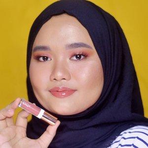 Siapa yang suka pake lip gloss?? . Di blog gue ada postingan baruuu kali ini gue nge-review produk terbarunya @esqacosmetics bernama Esqa Lip Gloss dari seri Travel Edition mereka. Foto di atas merupakan shade Jakarta dan di sebelahnya shade London. Suka banget sama dua warna ini! Silakan baca full review-nya yaa bisa klik link di bio gue ❤. . #magellanictivity #clozetteid #beautyreviews #kbbvbyacb #beautiesquad #bloggerperempuan #beautybloggerindonesia #SociollaBloggerNetwork #esqaswatchesbyutiazka