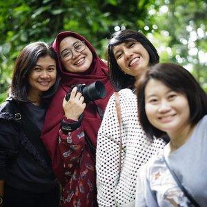 Year end Brand and Segment Management team. Karena sampai Bandung 2,5 jam lebih cepat akhirnya bisa mampir ke Hutan Kota Babakan Siliwangi. Menyenangkan dan lumayan banget bisa menghirup udara segar sambil olahraga dan lihat yang ijo-ijo. Sepanjang jalan kerjaannya foto-foto, wefie sampai nyari serangga terkhusus mba sasha, hahaha. 🤣 So much fun. 😘🤗😍 . . #clozetteid #clozettedaily #clozettehijab #starclozetter #friendship #teammates #officemates #portrait #wheninbandung #workingmom