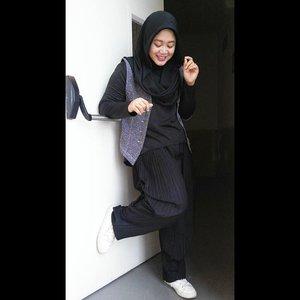 I will play the music inside my head and I'll be okay. #clozetteid #ootd #hotd #ootdbusyet #starclozetter #clozettehijab #wiwt #hijabootdindo #hijabstyle #fashionhijab #modestfashion #blackonblack #blackandwhite  #fashionblogger #diaryhijaber