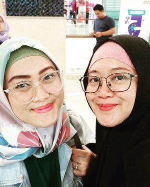 Minggu lalu bersua sama @andiyaniachmad dan @imusyrifah karena saking syulitnya ketemu beramean sama #bloggerhoreey yang lain, ya udah deh ketemu satuan aja. (((satuaaaan))) Sebentar dan banyak yang belum diomongin jadinyaaaa, hahaha. Next time lagi yaaa.. 😘🤗..#clozetteid #starclozetter #friendship #girlfriends #bloggerlife #momlife #workingmom