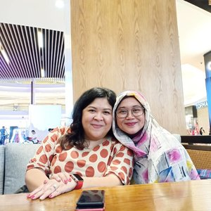 There is always a friend who is dear to your heart, like fireworks that light up the night. Or just like blanket in a cold mid night. Udah cukup reuuss belum? 😆😆😂😂..#clozetteid #clozettedaily #starclozetter #bestie #friendship #meetup #love