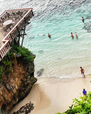 #PrayforBali 🙏 Semoga segera membaik sikonnya. Kalau memang sudah waktunya dan belum saatnya berhenti, semoga tidak menimbulkan banyak korban.🙏 About the pic. Suluban Beach is one of Bali's most unique coasts, concealed by natural limestone formations and accessed via steps and log ramps through narrow gaps in the rock. This small beach may not be ideal for sunbathers, but serves pro surfers well as a base to paddle out and ride adjacent reef breaks, including around Uluwatu, just to the south. It's nicknamed 'Blue Point' beach. #sulubanbeach #singfinbar #bluepoint #bluepointbeach #pantaisuluban #pantaibluepoint #beach #travel #traveler #traveling #pesonaSingleFinbeach #pesonasulubanbeach #pesonaIndonesia #wonderfulIndonesia #nature #naturelovers #surfer #surf #hangout #famtripwithpesona #bali #uluwatu #clozetteid #mountAgung #mountagungbali #pray