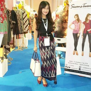 """Sarong is the denim"" Yea I wear sarong :) I am Indonesia :) @ Indonesia Fashion Week day 3 #IFW2015 #fashiondesigner #fashionweek #IndonesiaFashionWeek #fashion #fashionista #fashionid #fashiondiaries #ootd #ootdmagazine #ootdindo #sarong #sarung #kain #Indonesia #lifestyle #beritafashion #aboutalook #lookbookindonesia #clozetteambassador #clozetteid @clozetteid"