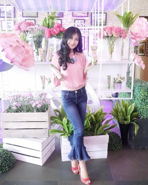 OOTD di event 🌸🌸🍃Rejoice Peony's Fragrance Shampoo 🌸🌸🍃 the first perfume shampoo from @rejoice.id yang wanginya terinspirasi bunga peony dari Perancis😉Wanginya sepanjang hari😍My #Ootd Pink with a touch of green😉I think this is my first ootd after a long long time!😄😄 #RejoicePerfumeShampoo #RejoiceLook #ootd #sotd #fashion #outfit #jeans #denim #kickpants #sabrinatop #pinktop #necklace #clozetteid #lifestyle #shampo #hairoftheday #rejoice #shampoo #event