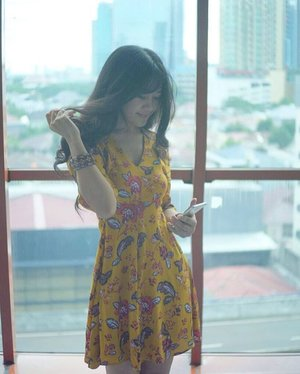 Hellow, yellow! 🤗 In my world, nothing's impossible. Sometimes, the sky was yellow and the sun was blue. And so...you~ #yellow #nothingimpossible #girl #woman #dress #yellowdress #photooftheday #photography #city #window #gadget #batik #batikdress #floraldress #ootd #necklace #instagood #clozetteambassador #clozetteid