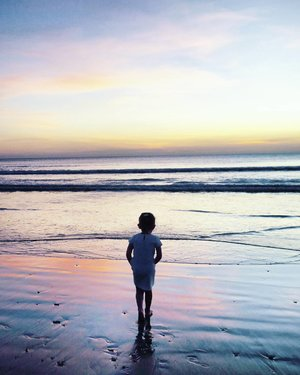 When you start to doubt your own step.. #child #sunset #twilight #beach #beachsand #sky #skyporn #bali #Indonesia #PesonaIndonesia #wonderfulIndonesia #traveling #traveler #travel #nature #naturelovers #photooftheday #pictureoftheday #photography #photographer #clozetteid