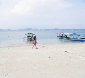 Walk on the beach..as if you own it! 😎 #beach #walk #sand #beachsand #whitesand #pasirputih #pantaimutun #lampung #explorelampung #wonderfulIndonesia #PesonaIndonesia #vacation #boat #sea #nature #naturelovers #travel #traveler #traveling #clozetteid