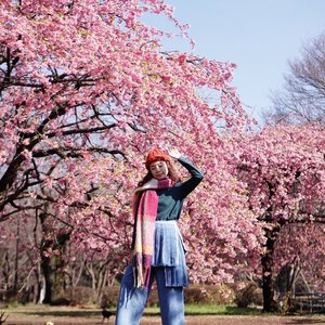 My very first #Sakura experience 🌸🌸🌸 I've always wanted to see them irl feeling so blessed to be able to see them before my flight home. it's such an amazing experience to experience the first early spring bloom ! Btw for those asking about my pants from @sissaechic its currently sold out on @zaloraid that's why you can't no longer find it on the web. . . . . . #style #steviewears #japan #tokyo #exploretocreate #clozetteid #ootd