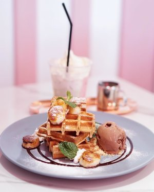 If I could choose banana and chocolate aren't my favorite but there are days when I crave for both... so here I present you a chocolate banana waffle ❤️❤️❤️ can you guess what is my favorite ice cream flavor? 😋 . . . . . . . . . #foodie #shotbystevie #pink #clozetteid #drink #stevieculinaryjournal #style #yummy #dessert #waffles #chocolate #jktgo #ggrep