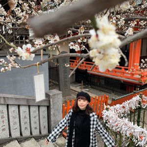 So happy to catch some early bloomers at Hanazono Shrine early today💕🥰 it's so serene here in midst of the bustling Shinjuku district ❤️ glad we came by ! P.s. my pose is undone but I happen to like it 😂 can you guys how many layers of clothes I wore today? #surprisegiveaway is back !! Drop your answer in the comment section of this post. I'll pick One lucky winner with the right answer will get some goodies from 🇯🇵 . #giveaway is only available for my 🇮🇩 online fams . . . . . . #shotoniphone #travel #spring #exploretocreate #tokyo #japan