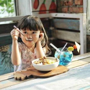 ~GIBEAWAY~Senangnya melihat Kaka Safa semakin menunjukkan kemandiriannya dalam melakukan kegiatan sehari-hari dirumah seperti memakai baju, sepatu, makan dan kegiatan lainnya yang mulai dipelajari dirumah. .Sebagai orang tua tentunya aku menginginkan si Kecil tumbuh sehat dan cerdas. Salah satunya dengan memperhatikan asupan nutrisi yang mendukung perkembangan otaknya yang sesuai dengan anak karena #AnakCerdasItuSehat . Maka dari itu aku berikan kaka Safa vitamin @cerebrofort.idMarine Gummy yang membantu tumbuh kembang otak si Kecil karena terbuat dari ikan tuna yang mengandung DHA & EPA..Kaka Safa suka banget dengan rasa strawbery kesukaannya. Selain itu Safa juga suka karena Vitamin Marine Gummy seperti permen yang kenyal dengan bentuknya yang lucu dan berbagai macam pilihan rasa yang disukai anak-anak..Yuk Mam! Ikutan giveaway yang diadakan @cerebrofort.id mulai 15 Juli 2018 hingga 10 Agustus 2018. Caranya mudah, yaitu cukup upload foto si kecil lalu ceritakan tentang fotomu, dengan pilihan hastag berikut:#AnakCerdasItuSehat#AnakCerdasItuPeduli#AnakCerdasItuBerani#AnakCerdasItuKreatifAda banyak hadiah menarik lho Mom... seperti :💎 1 voucher belanja senilai 1 juta 💎 3 voucher belanja senilai 500ribu💎 8 voucher belanja senilai 300ribu💎 38 paket produk senilai 150ribuUntuk informasi lebih lanjut bisa cek @cerebrofort.id 😘#AnakCerdasItu#AnakCerdasCerebrofort#CerebrofortGiveaway #cchannel #giveaway #indonesiagiveaway #giveawayid  #giveawayindo #giveaway2018 #freebies #clozetteid