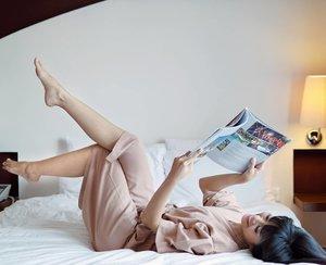 Good morning... 🌞 from my bed room. OMG this is tha last day event with @sorellaid #SorellaGoesToBali huhuhu... I want more! Hahaha....Maaf ya fotonya di kasur lagi abis gimana dong sayang banget kan fasilitas hotel dari Sorella yg endeus ini gak diabadikan (tenang masih banyak stok foto outdoor😋). Wagelaseh kita disini dari hari pertama diajak makan enak mulu sambil jalan-jalan around Bali di manjakan mata ini  dengan pemandangan indah sambil foto2 cantik plus malemnya diajak seru2an sambil pajamas party, photo shoot trus kita main games. Gak cuma itu kita juga ada sharing talk bersama breast cancer survivor with @bali.pink.ribbon yang ceritanya menyentuh dan menginspirasi💗. Bersyukurlah kita yang masih sehat dengan menjaga pola makan sehat plus harus tetep deteksi dini adalah perlindungan terbaik dengan SADARI.👌🏻.Yuk awali hari ini dengan pola hidup sehat 💪🏻 Lets fight together!.#allaboutinnerbeauty #sorellainnerbeauty #sorellaindonesia #UnicornxSorella#Clozetteid #style #lifestyle #bedroom #travel