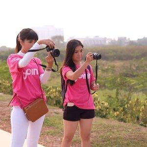 Duo mommy di candid beneran lhooo... ini pas banget ya pose kita dengan kamera masing2 😋 . Seru banget hari ini bangun pagi2, ketemu temen2 sambil jalan2 cantil untuk support campaign #BreastCancerAwareness bersama @sorellaid & @lovepinkindonesia yang memang penting banget untuk kesehatan khususnya para perempuan! . @indonesiagoespink #sorellaxlovepink #sorellaid #sorellainnerbeauty #indonesiagoespink2018 #Clozetteid #potd #style #lifestyle