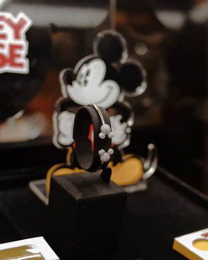 Congratulation for the collaboration of @ubsgold X Disney Indonesia! In this first collaboration launch, they released such a cute Micky Mouse jewelry collection that is available in necklace, bracelet, earrings, and ring (swipe to see the products). The jewelry design's really chic, minimalist, and its perfect for Disney lovers in any age!  Also I'm looking forward for the next launch of Disney Princess, Frozen, and Tsum tsum 😍 Meanwhile, u can browse and shop these @ubsgold x Disney Micky Mouse collection at www.ubslifestyle.com #confidentingold #cchannelxUBS #cchannelID