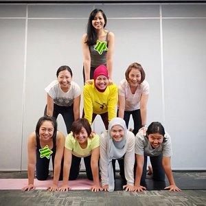 Kelas yoga terakhir di tahun 2018 🎉🎉 . . Obsesi jd cheerleader akhirnya terlaksana 😆 Ternyata jadi base itu berat sahabat 😂 Tapi ngga seberat beban hidup sih 😅😆 Semoga tahun dpn tambah semangat lagi yoganya 💪🏼 . . #yogaclass #yogaattheoffice #healthylifestyle #yoga #acroyoga #yogamom #jangankasihkendor #instayoga #yogaposes #acroyogafun #officeyoga  #yogachallenge #yogafit #workingmom #motherhood #yogaforfun #yogagram #acroyogapose #namaste #clozetteid