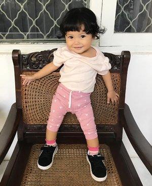 Dek poto OOTD yukAnd she pose like this 😻🎀..Sengaja poto di kursi jadoel rumah nenda sebelum pulang ke Jakarta 💕..Taps for Shasha's OOTD details ..#babyootd #babygirl #babystyle #babyfashion #instababy #instababygirl #loveofmylife #kesayangan #littlesister #babysister #secondborn #clozetteid #raneyshailiana #babygram #babyphotography #babygirlfashion #instababyfashion