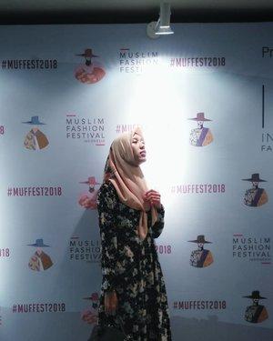 Abaikan ekspresi muka gwHahahaha..Ini cuma suka sama lampunya yang seakan sebuah cahaya masa depan yang bersinar dan bisa menerangi kegelapan ..Sesuai dengan Tagline Wardah Sinar Pijar Fashion Show for #MUFFEST2018 #MuslimFashionFestival#vsco #vscocam #instagood #instagram #ootd#hotd #dailyhijab #hijabootdindo #lookbook #lookbookindonesia  #lookbookhijab  #hijabfashion #modelhijaber #hijabfeature_2018#instahijaber #diaryhijaber #hijaberkece #modelhijaber #clozette #clozetter #clozetteid