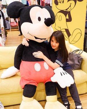 Playing with Giant Mickey Mouse 😍. .Hop over to myculinarydiary.com/TRAVEL to see my experience in abroad.#sisytravelingdiary #traveljourney #ootd #ootdfashion #terfujilah......#clozetteid #wisata #travel #igtravel #travelgram #buzzfeed #europe #holiday #disney #disneyland #cappadocia #kapadokya #mickeymouse #mickey #photography #photooftheday #foodoftheday #paris #photoshoot #fujifilm #beautifuldestinations