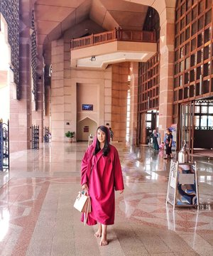 Walking in the right path in this beautiful place. Throwback to Putrajaya Mosque . . . Hop over to myculinarydiary.com/TRAVEL to see my experience in abroad. #sisytravelingdiary #traveljourney #ootd #ootdfashion #terfujilah . . . . . . #clozetteid #wisata #travel #igtravel #travelgram #buzzfeed #europe #india #tajmahal #justgoshoot #exploretocreate #cappadocia #kapadokya #abudhabi #mosque #visualtolife #photography #photooftheday #dametraveler #peopleinframe #fujifilm #beautifuldestinations
